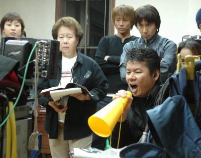 「スタート」を叫ぶ今井雅之さん=2003年10月30日、豊岡市役所で