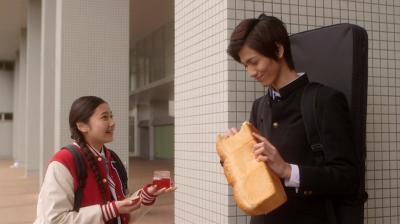 玲子が憧れる山田先輩。なぜかパンをむき出しで持ち歩く=NHK提供