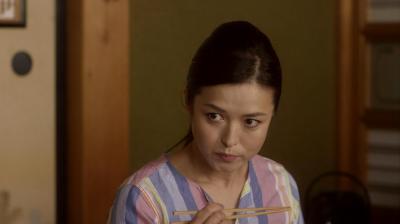 母親の念力静。魚を念力で燃やしてしまう=NHK提供