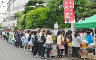 土方歳三の愛刀公開にできた入館待ちの行列。若い女性の姿が目立った=2015年5月9日、日野市石田2丁目