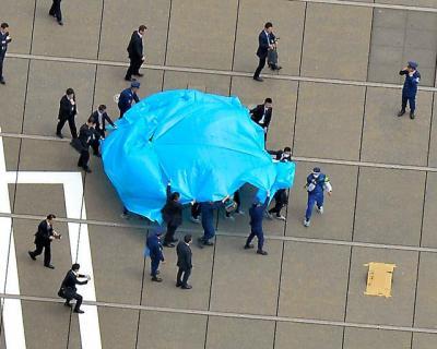 ドローンがあった首相官邸屋上。機体は段ボール(右下)で覆われていた=2015年4月22日、朝日新聞社ヘリから、日吉健吾撮影