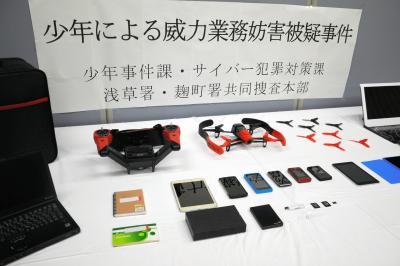 押収されたドローンや携帯、パソコンなど=2015年5月21日、警視庁浅草署