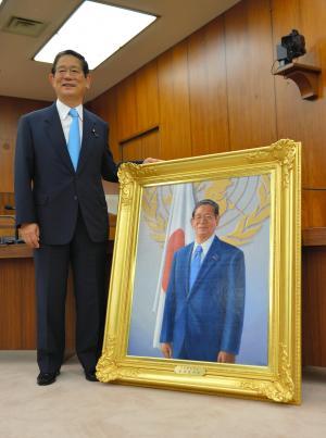 永年在職を記念した肖像画が掲げられる前に記念撮影をする町村信孝氏=2012年7月13日、衆議院第17委員室