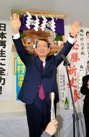 12回目の当選を決め、支持者に拍手で迎えられる町村信孝氏=2014年12月14日、札幌市厚別区