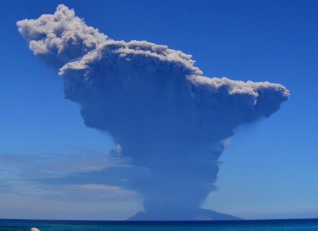 噴煙を上げる口永良部島=5月29日午前10時08分、屋久島町永田、屋久島うみがめ館提供