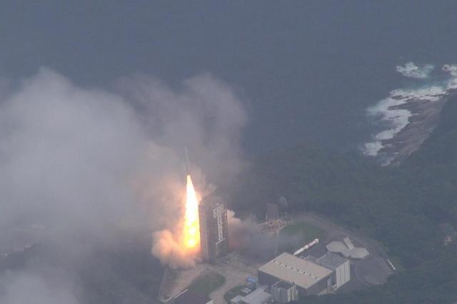 内之浦宇宙空間観測所から打ち上げられたイプシロンロケット=2013年9月14日午後2時、朝日新聞社機で撮影の動画から