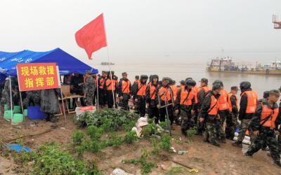 中国・長江で客船転覆事故。現場付近ではライフジャケットを着た武装警察官らが大量に投入され、救助作業に当たっていた=2015年6月2日、湖北省荊州市、金順姫撮影