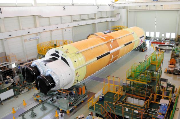全長33メートルあるH2B5号機の第1段部分=愛知県飛島村