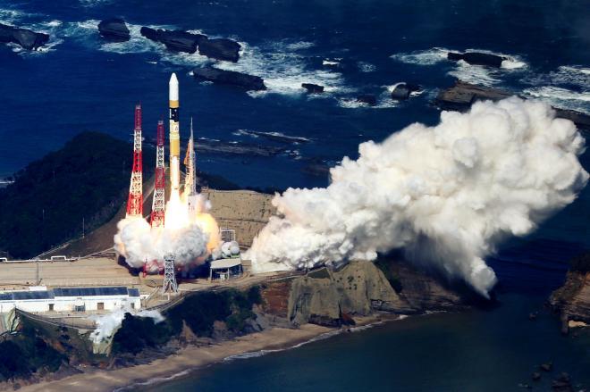 「ひまわり8号」を載せ、打ち上げられるH2A25号機=2014年10月7日、鹿児島・種子島宇宙センター、本社機から、上田幸一撮影
