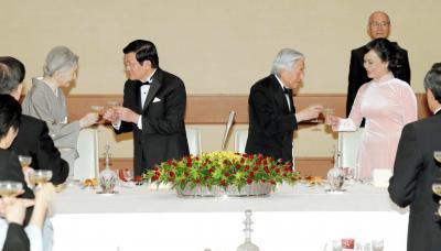 宮中晩餐(ばんさん)会で、ベトナムのサン国家主席夫妻と乾杯する天皇、皇后両陛下=2014年3月17日、皇居・宮殿、代表撮影