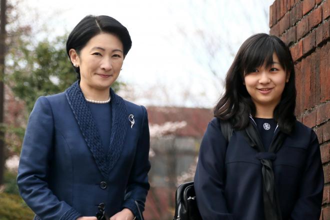 学習院女子高等科の卒業式を迎え、紀子さまとともに登校した佳子さま=2013年3月22日、東京都新宿区、西畑志朗撮影