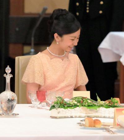 フィリピンのアキノ大統領を招いた宮中晩餐会で歓談する秋篠宮ご夫妻の次女、佳子さま=2015年6月3日、皇居・宮殿「豊明殿」、代表撮影