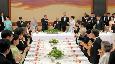 宮中晩餐会でフィリピンのアキノ大統領と乾杯する天皇、皇后両陛下=2015年6月3日、皇居・宮殿「豊明殿」、代表撮影
