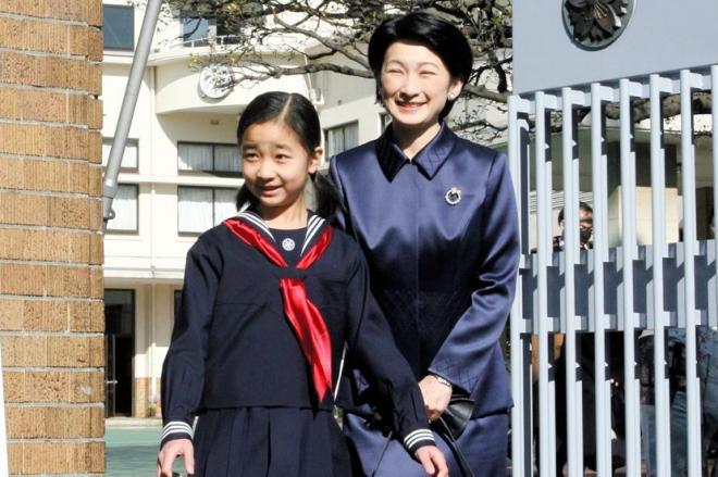 学習院初等科の卒業式に出席する佳子さまと紀子さま=2007年3月18日