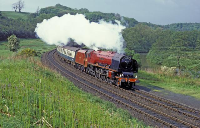 こちらは、真っ赤な機関車。ロンドン・ミッドランド&スコティッシュ鉄道(LMS)のテンダー式機関車