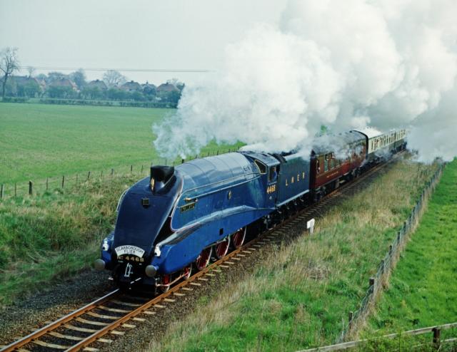 真っ青に塗られた機関車。ロンドン&ノースイースタン鉄道(LNER)の「マラード号」