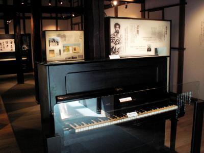 根津嘉一郎の生涯をたどる展示棟。手前は郷里の学校に嘉一郎が寄贈した「根津ピアノ」