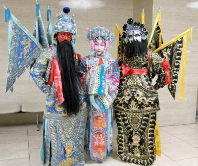 関羽(左)、楊貴妃(中央)、張飛(右)の衣装をきた京劇役者=2008年1月29日