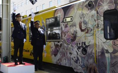 「ロマンシング佐賀」企画で誕生したゲームのキャラクターを描いたラッピング列車