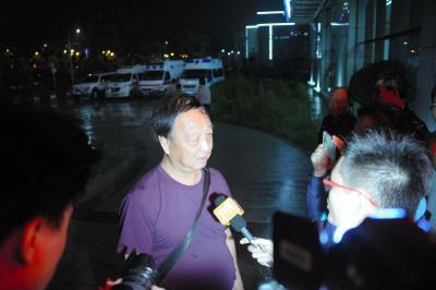 「情報が何もなく、不安だ」と語る船の乗客の親族=2015年6月2日、湖北省荊州市の病院、延与光貞撮影