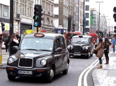 ロンドン市内を走る背の高いタクシー「ブラックキャブ」
