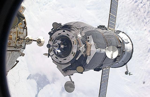 2009年2月に国際宇宙ステーションにドッキングする補給船プログレス=NASA提供