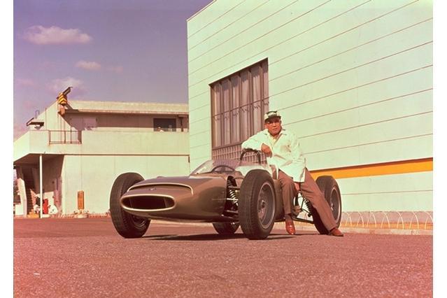 F1マシン第1号「RA270」と本田宗一郎氏=1964年2月、ホンダ提供