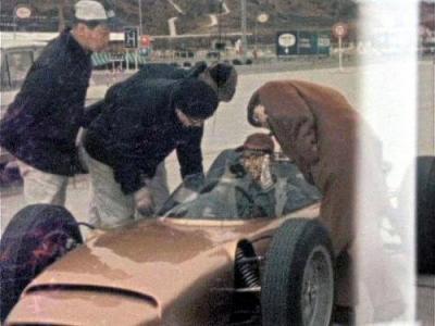 「RA270」の運転席を興味深そうにのぞき込む本田宗一郎氏(右)=1964年2月、三重県の鈴鹿サーキット、ホンダ提供