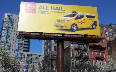 ニューヨークのタクシーに日産車が導入されることを知らせる看板=2012年3月26日