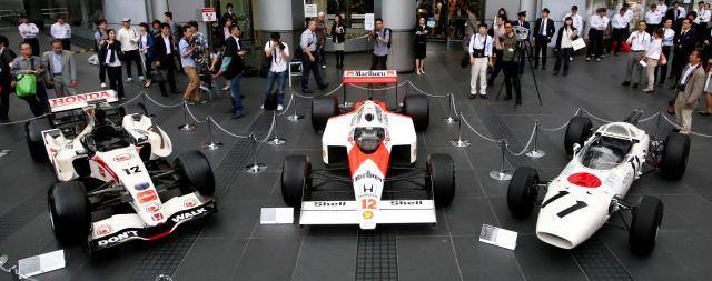 F1復帰発表に合わせ、ホンダ本社前に並んだ(右から)1965年に初優勝したRA272。88年に16戦15勝したマクラーレンMP4/4ホンダ。2006年優勝のRA106