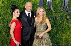 米ニューヨークで7日、第69回トニー賞の授賞式会場に到着した渡辺謙さん(中央)と共演者のケリー・オハラさん(右)、ルーシー・アン・マイルズさん=ロイター