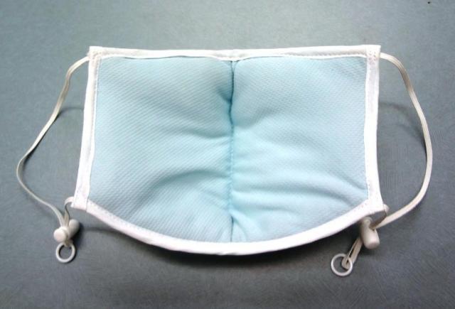 「ピッタリッチ」の内側。汗をすってサラサラになる素材が使われている。内部のフィルターは独自技術を使っていて、息苦しさを感じさせないように工夫されている。