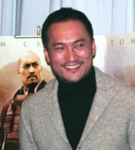 ゴールデングローブ賞の助演男優賞候補に選ばれ、会見する渡辺謙さん=03年12月、都内で