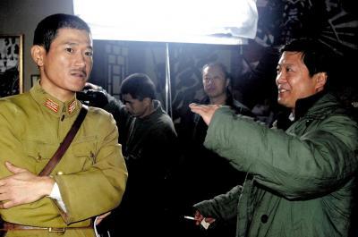 ドラマ「楊成武」の撮影現場で日本兵を演じる矢野浩二さん(左)。演じ方について張玉中監督(右)と話しあった=2007年11月17日、北京金色池塘影視文化有限公司提供