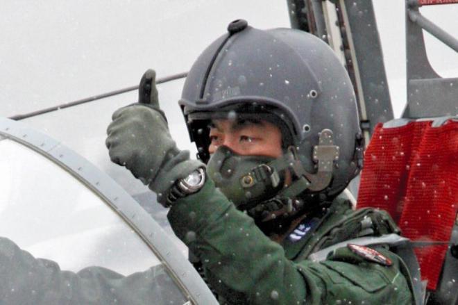 航空自衛隊でのラストフライトを終えた油井亀美也さん=2009年3月、埼玉県狭山市の航空自衛隊入間基地、中田徹撮影