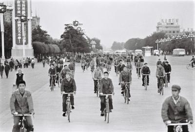 自転車で帰宅を急ぐ北京の労働者=1972年9月24日