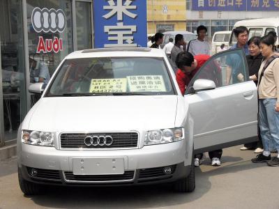 北京で急速に普及しているマイカー=2005年5月4日