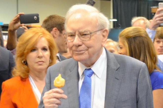 質素な生活で知られるバフェット氏。株主総会ではアイスキャンディーをほおばりながら登場