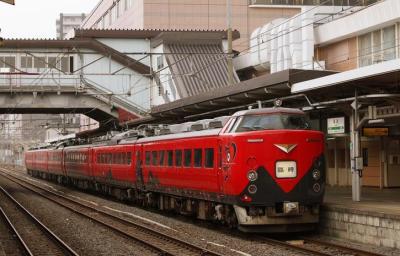 赤べこをデザインした派手な塗色で「あかべぇ」と呼ばれている臨時列車「新幹線リレー号」=2011年4月16日