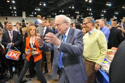 少年時代に新聞配達をしていたバフェット氏。株主総会の前に、新聞紙を正確に投げる技を披露。右後方は米マイクロソフト創業者のビル・ゲイツ氏=2015年5月、ネブラスカ州オマハ、畑中徹撮影