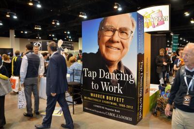 株主総会の特設会場では「バフェット本」が飛ぶように売れた=2015年5月、米ネブラスカ州オマハ、畑中徹撮影