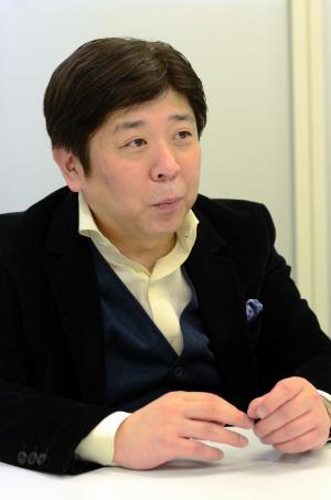 「ディズニーランドで1万円使うか、AKBのCDを10枚買ってイベントで1日楽しむのかはユーザーが選べばいい。AKB商法は決して間違っていない」と話すオリコンの小池恒社長=2015年1月16日、東京・六本木