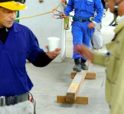 平均台の上を歩いて熱中症の前兆がないか確かめた後、スポーツドリンクを飲んで現場に出る建設作業員=2014年7月16日、大阪市北区中之島3丁目(写真と本文は関係ありません)