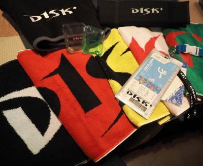 「D1SK」のロゴ入り応援グッズ。タオルは毎年色違いが販売される。チケットホルダーやカイロ、ブランケットなども