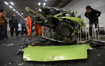 車社会の象徴?北京の公道トンネルで事故を起こし大破した高級スポーツカーのランボルギーニ。運転手が無職の若者だったことから、購入資金などをめぐり話題を集めた=2015年4月12日、ロイター