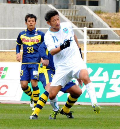 群馬戦でプレーする横浜FCの三浦=2015年3月8日、坂東慎一郎撮影