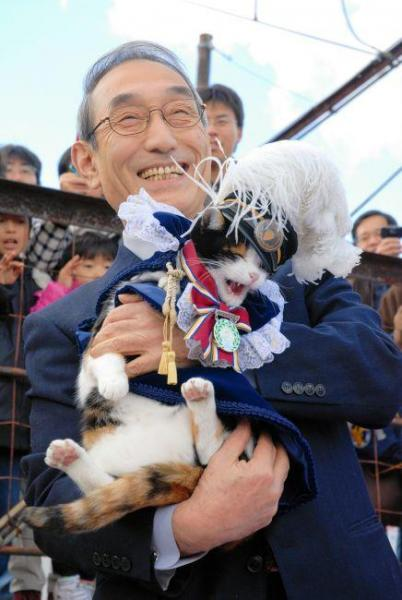 2009年1月4日 ナイトの称号にふさわしいマントと帽子をつけて小嶋光信社長に抱かれる猫のたま駅長=紀の川市貴志川町神戸