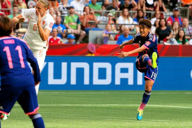 女子W杯、日本―オランダ戦。前半、先制ゴールを決める有吉(右)=2015年6月23日、高橋雄大撮影