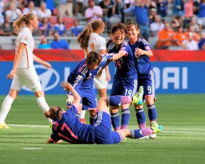 女子W杯、日本―オランダ戦。先制ゴールを決めた有吉(19)のもとに集まり、喜ぶなでしこの選手たち=2015年6月23日、カナダ・バンクーバー、高橋雄大撮影