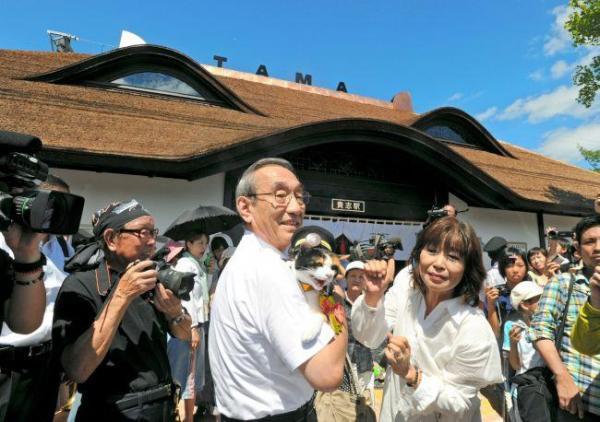 2010年8月4日 完成した「たまミュージアム貴志駅」で、小嶋光信社長に抱かれるたま駅長=4日午前、和歌山県紀の川市